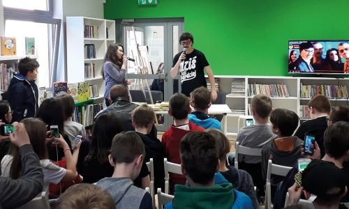 Ściągnij młodzież do biblioteki